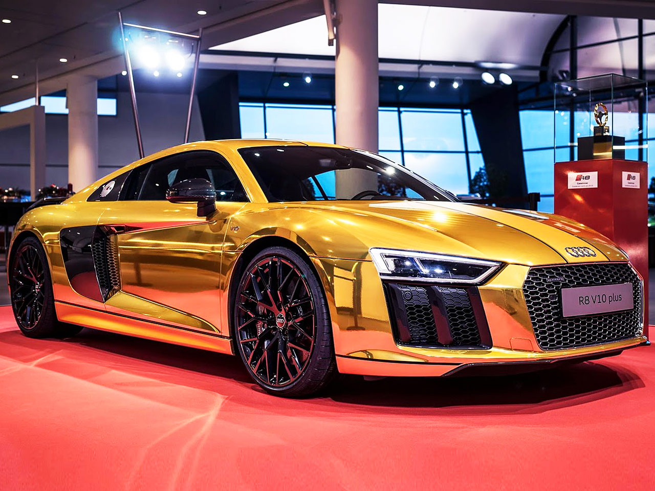 goldener audi r8 im audi forum neckarsulm. Black Bedroom Furniture Sets. Home Design Ideas