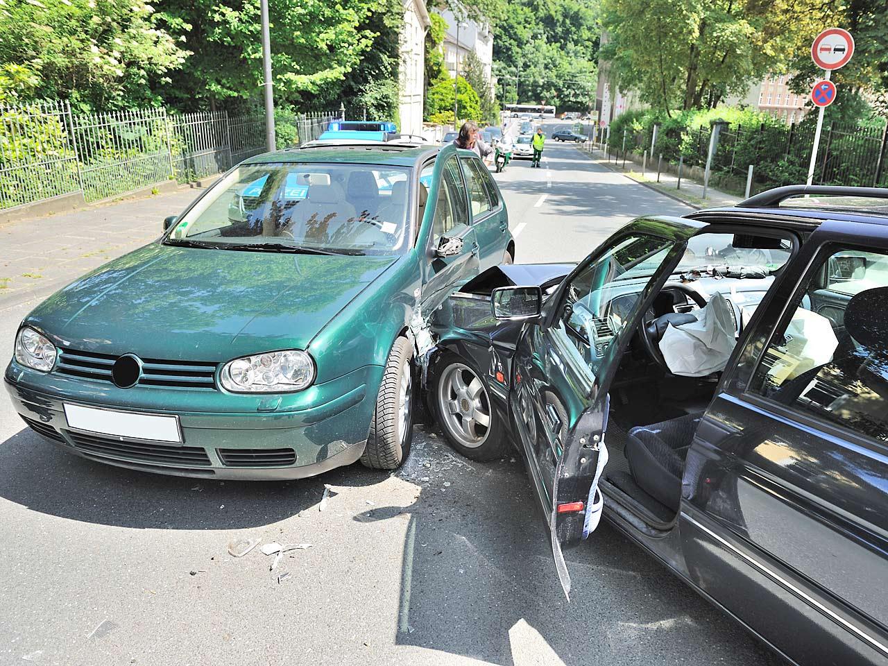 Charmant Autounfall Nachstellung Fotos - Schaltplan Serie Circuit ...