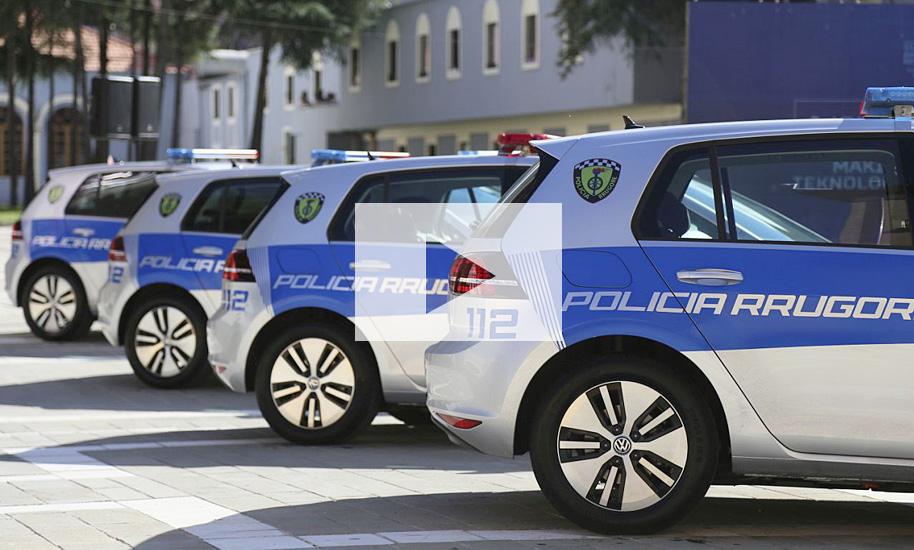 albanische polizei setzt auf vw e golf video. Black Bedroom Furniture Sets. Home Design Ideas
