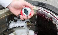 Felgenreiniger-Test: Produkt auf der Felge einwirken lassen