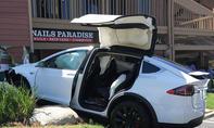 Amerikanerin fährt mit Tesla Model X in die Wand eines Kaufhauses