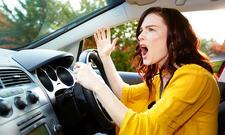 Gestikulierende Autofahrerin