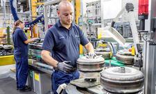 Daimler-Mitarbeiter in der Produktion
