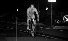 Nackter Fahrradfahrer