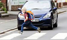 Kind in brenzliger Verkehrssituation auf einem Zebrastreifen