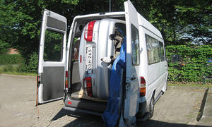 Transport: Auto hockant in Transporter