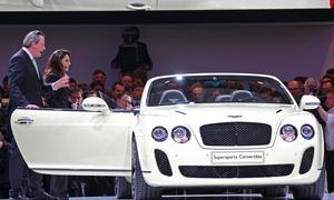 Bentley-Chef Franz-Josef Paefgen und Moderatorin Nazan Eckes präsentierten in Genf das Bentley Supersports Convertible