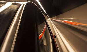 Raserei in Tunnel