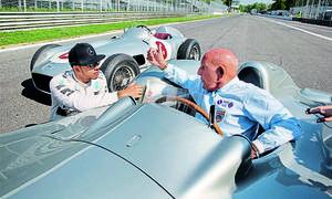 Lewis Hamilton und Stirling Moss in historischen Silberpfeilen