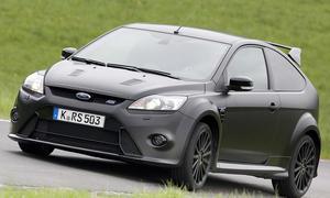 In dem Ford Focus RS500 sind Nackenverrenkungen bei Passanten inklusive