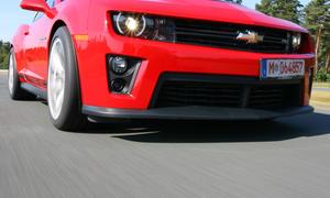 Bilder Chevrolet Camaro ZL1 Megavergleich 2012  Fahraufnahme Front