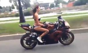 Frisch aus dem Netz: Yoga auf dem Motorrad