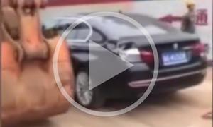 Video: Baggerfahrer räumt Falschparker weg