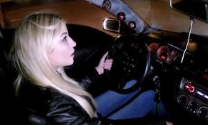 Marina in ihrem Mitsubishi Lancer Evo