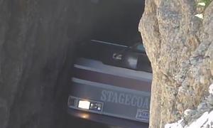 Bus faehrt durch Felsen