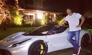Dwayne The Rock Johnson vor Ferrari LaFerrari