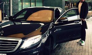 Fußball-Profi Nicklas Bendtner an seiner Mercedes S-Klasse