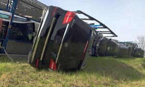 Autotransporter mit zig Mercedes GLS 400 4Matic umgekippt