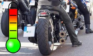 Motorradfahrer im Stau