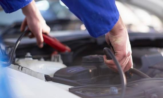Auffüllen der Auto-Batterie