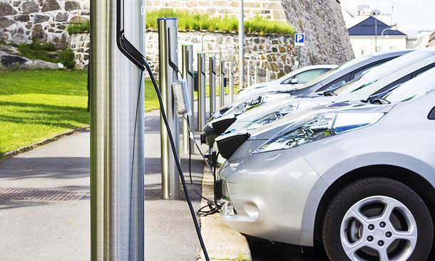Parken an Elektroauto-Ladesäulen