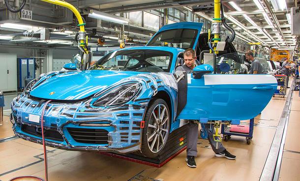Porsche-Mitarbeiter in der Produktion