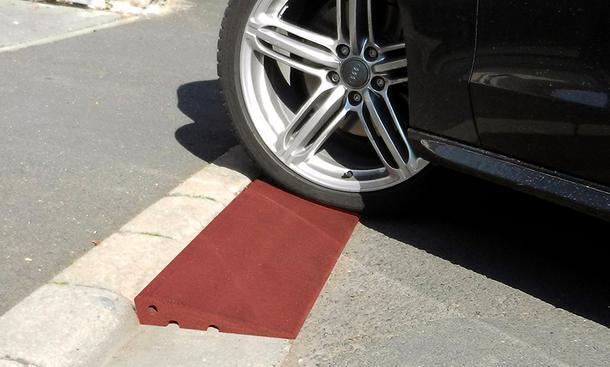 Mit der Bordsteinrampe die Reifen bei der Auffahrt schützen
