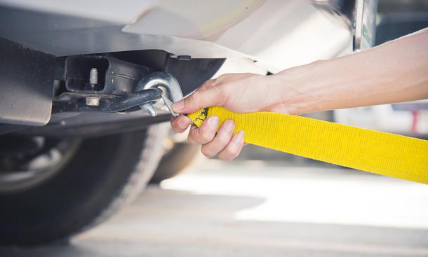 Ein Abschleppseil ist leicht ans Auto anzubringen