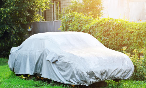 Eine Autoabdeckung ist nicht nur im Winter ein echter Schutz für das Fahrzeug, sondern kann auch in der Garage dauerhaft den Mehrwert des Autos erhalten.
