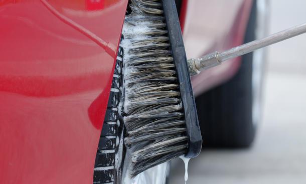 Mit der Autowaschbürste kriegst du dein Auto richtig sauber