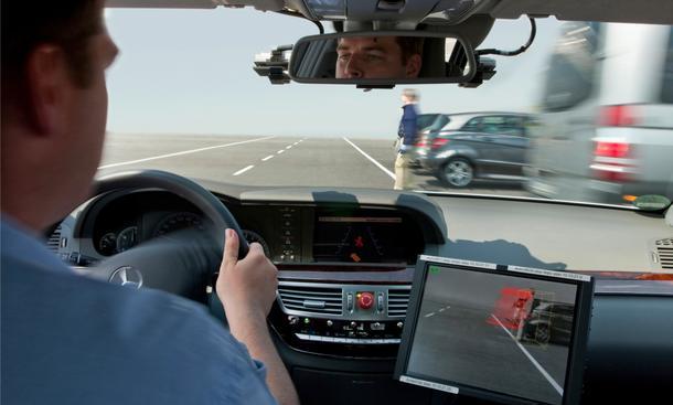 Eine neue Technik von Mercedes soll Fußgänger besser schützen