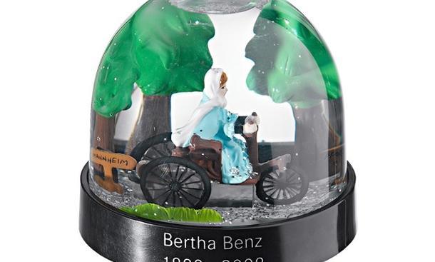"""Originelle Geschenkidee von Mercedes: Schneekugel """"Bertha Benz"""""""