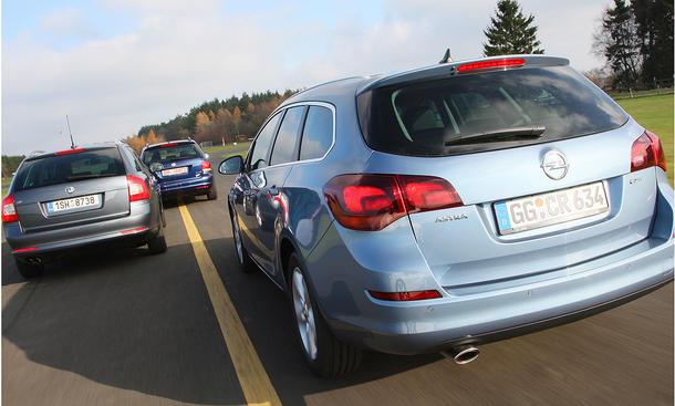 Opel Astra Sports Tourer 2.0, Skoda Octavia Combi, VW Golf Variant - drei kompakte Kombis im Test der AUTO ZEITUNG