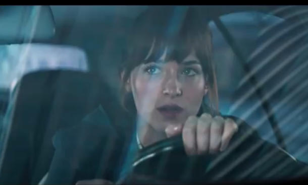 College-Studentin Anastasia fährt gerne Auto © Youtube / Fifty Shades of Grey