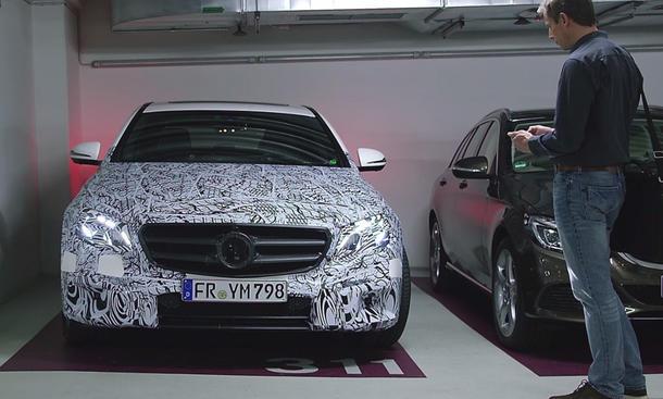 Mercedes E-Klasse 2016: Einfach Einparken per Fernsteuerung
