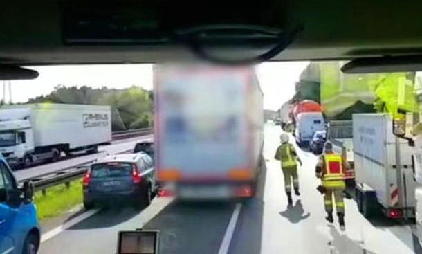 Lkw blockiert Rettungsgasse