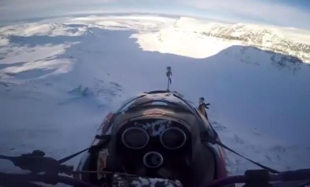Video: Schneemobil springt von Berg