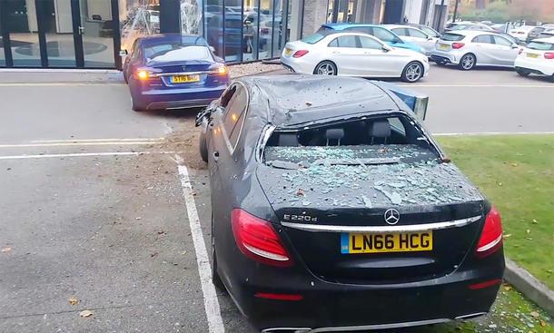 Tesla Model S crasht Mercedes E-Klasse