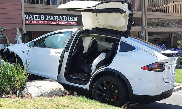 Crash mit Tesla Model X