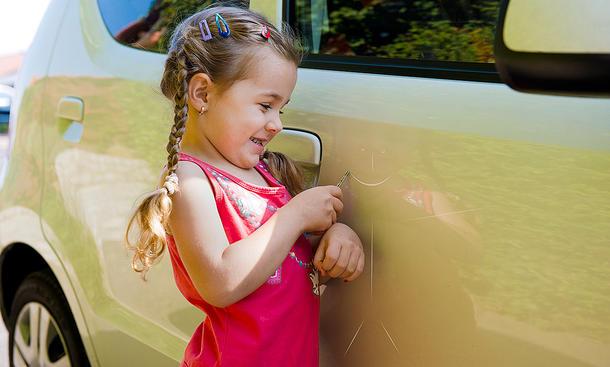 Mädchen, das sich selbst spielt Auto