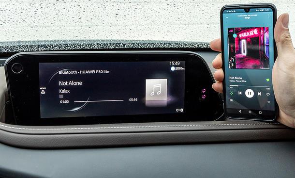 Mazda CX-30 Skyactiv-X AWD: Connectivity