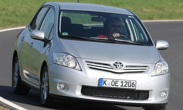 Der gefaceliftete Toyota Auris aus unserem Test kostet als Fünftürer mindestens 17.400 Euro