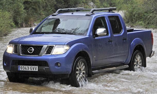 Der Nissan Navara schiebt aus dem Stand mächtig an...