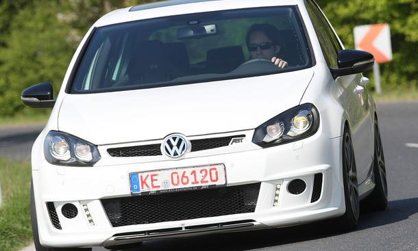 Wo der weiße VW Golf R von ABT mit tiefer Schürze und LED-Lampen auftaucht, wird Platz gemacht