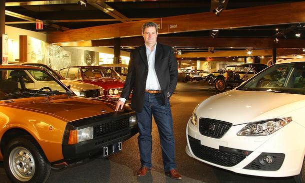 """Chefdesigner Luc Donckerwolke umrahmt von einem 1979er-Seat 1430 Sport (""""Bocanegra"""") und dem aktuellen Ibiza"""