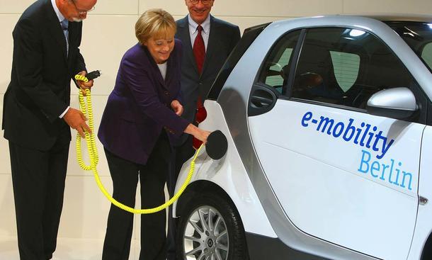 Dieter Zetsche, Angela Merkel, Matthias Wissmann in Berlin an einem Smart mit Elektroantrieb