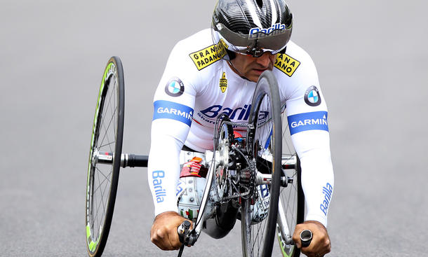 Alex Zanardi im Handbike auf dem Kurs von Brands Hatch
