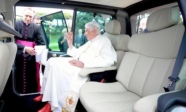 Papst-Auto mit Elektro-Antrieb: Benedikt XVI. im Renault Kangoo Maxi Z.E. Zero Emission
