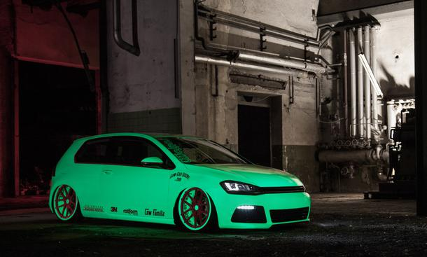 VW Golf VII 2013 Tuning Low-Car-Scene Blackbox-Richter Neon-Folie Phosphor Tieferlegung