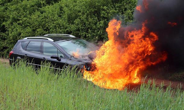 Auto Feuer Verhalten Fahrzeugbrand Statistik Ursachen